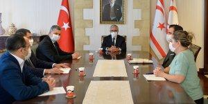 """""""Kriz Sarmalında Ortadoğu ve Kıbrıs"""" kitabı Akıncı'ya verildi"""