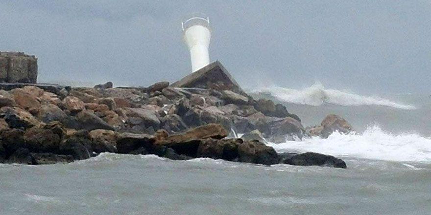 Girne Limanı'ndaki deniz feneri yıkıldı