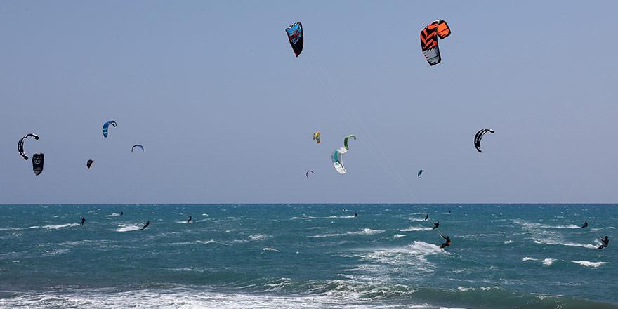 Larnaka'da deniz sörfü şöleni
