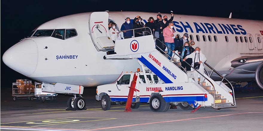 4 ay sonra ilk charter sefer: Bir seferde 151 yolcu adaya geldi