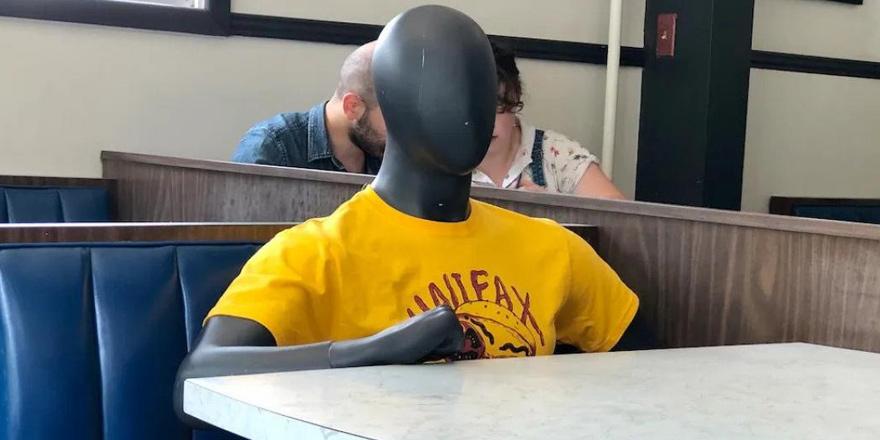 Restorandaki mankenleri gerçek sanıp polisi aradılar