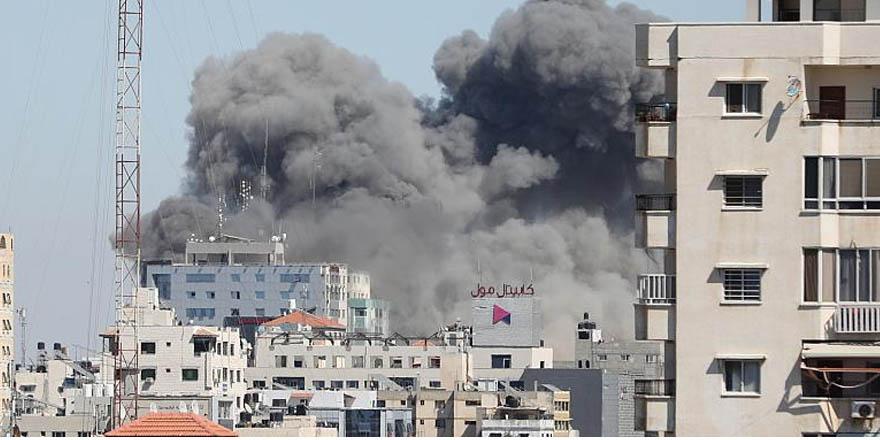 İsrail ordusu, içinde gazetecilerin ofisinin bulunduğu binayı vurdu