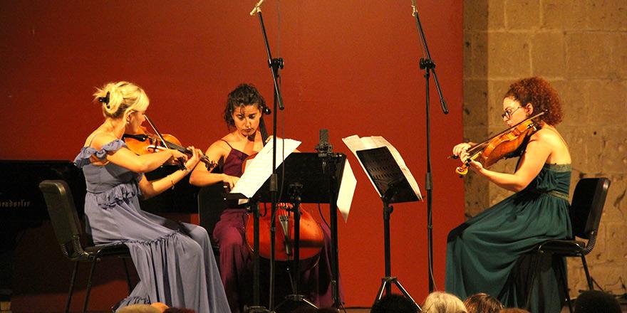 Bellapais'de keman, çello ve viyola'nın müthiş ritmi yankılandı