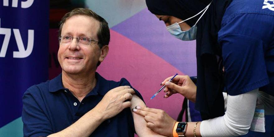 İsrail Cumhurbaşkanı ile eşi üçüncü doz Biontech aşısını oldu