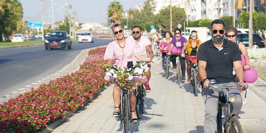 Süslü kadınlar bisikletleriyle Gönyeli'de yollardaydı