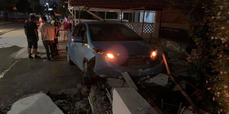 Direksiyon hakimiyetini kaybeden alkollü sürücü bahçe duvarına çarptı
