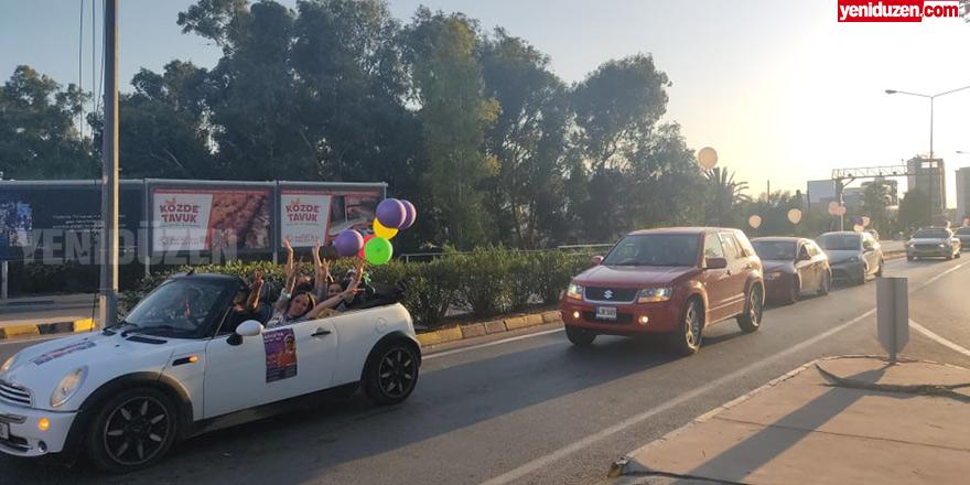Asya bebek için balonlarla yollarda