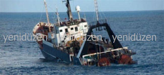Mültecilerle dolu tekneyi batırdı
