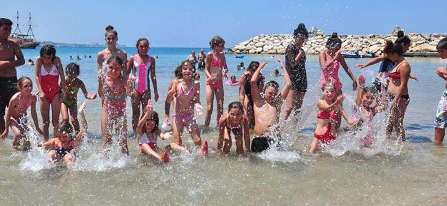 Gençler denizin tadını çıkardı