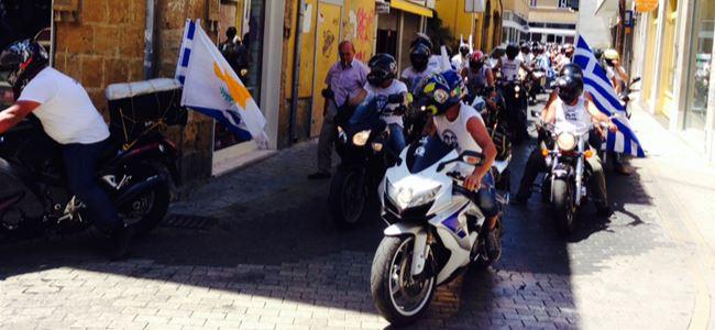 SINIRDA MOTORLU PROTESTO