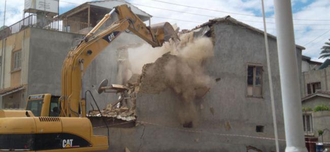 Tehlikeli binalar yıkılıyor