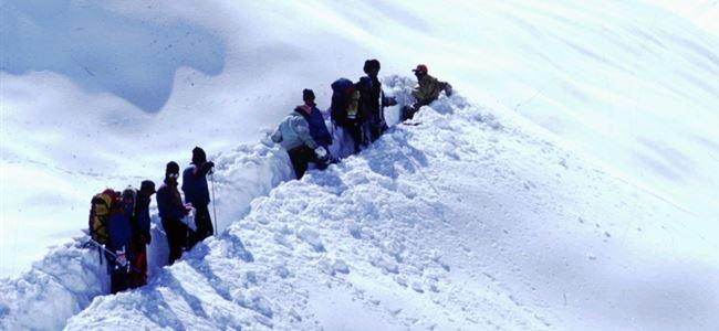 Çığ ve kar fırtınası 12 can aldı