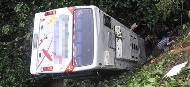 Pakistanda minibüs uçuruma yuvarlandı