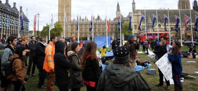 Londra polisi parlamentodaki protestocuları çıkardı