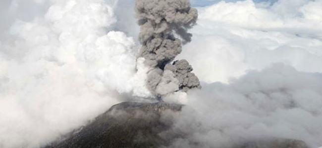 Kosta Rikada yanardağ kül püskürttü