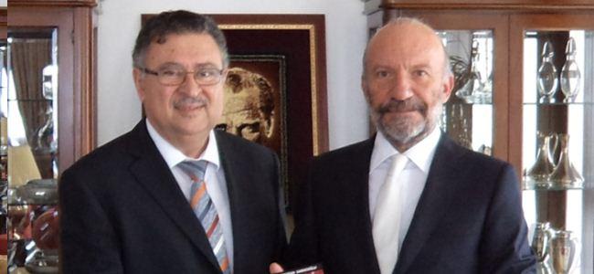 Saracoğlu yeni kitabını Günsel'e takdim etti