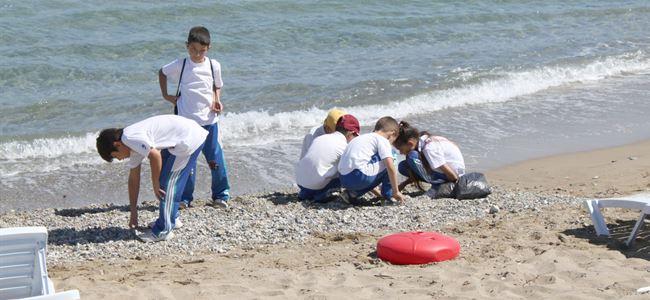 Öğrenciler çevreyi temizledi