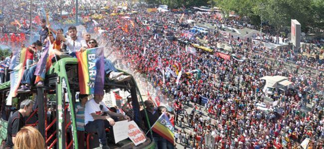 Taksimdeki miting için binlerce insan meydana aktı
