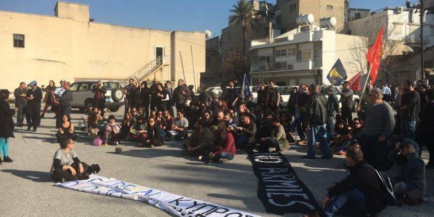 Ara bölgede 'Askersiz Lefkoşa' eylemi