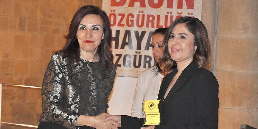 Simge Çerkezoğlu, 'adres kıbrıs'taki röportajlarıyla ödül aldı