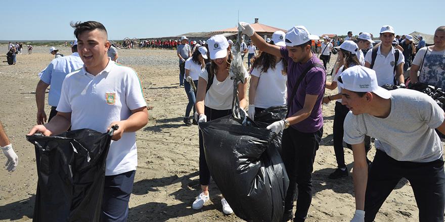 400 öğrenci ve Akıncı sahil temizledi