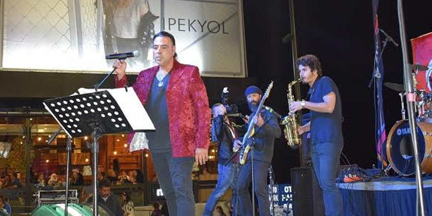 Ozan Orhon City Mall'da konser verdi