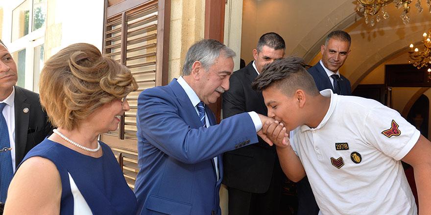 Cumhurbaşkanı Akıncı, halkla bayramlaştı