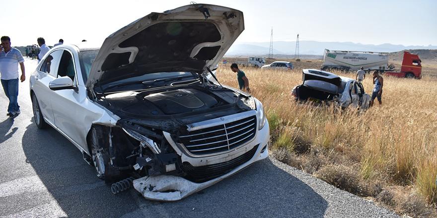 Araç geçerken 2 araca çarptı
