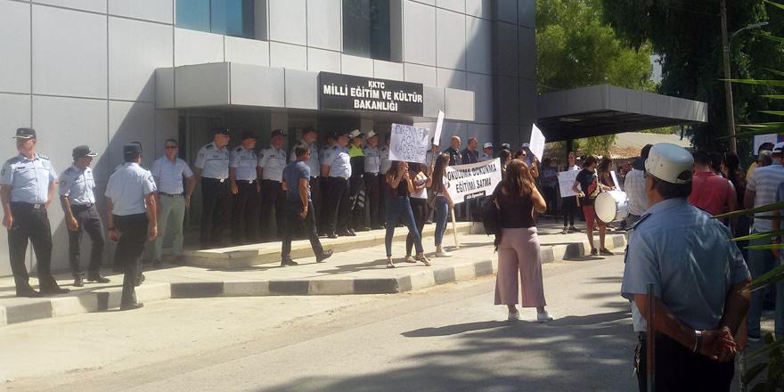Öğrencileri Akademi için Bakanlık önünde!