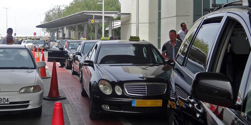 Taksiler Larnaka Havaalanı'na yolcu taşıyabilecek