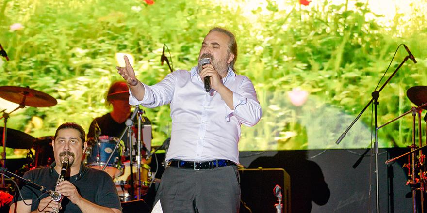 Volkan Konak sevilen şarkılarını seslendirdi