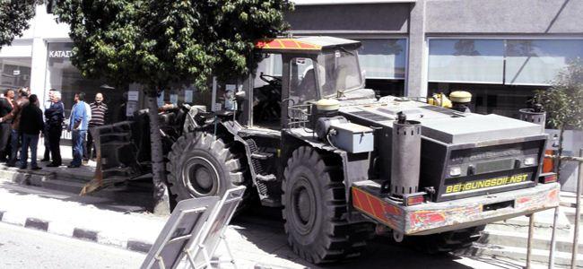 Kıbrıslı Rum çiftçi bankaya buldozerle geldi