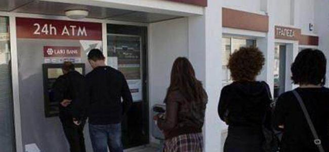 Kıbrıslı Rumlar bankamatiklere akın etti