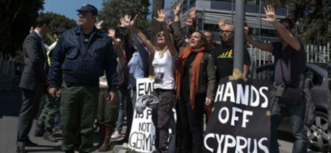 Güney Kıbrıs Meclis önünde protesto