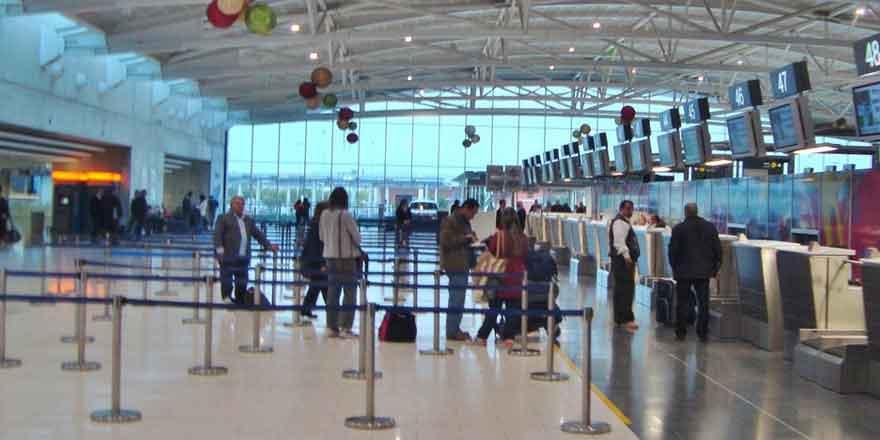 İngiltere'den Kıbrıs'a gelen uçak karantinada