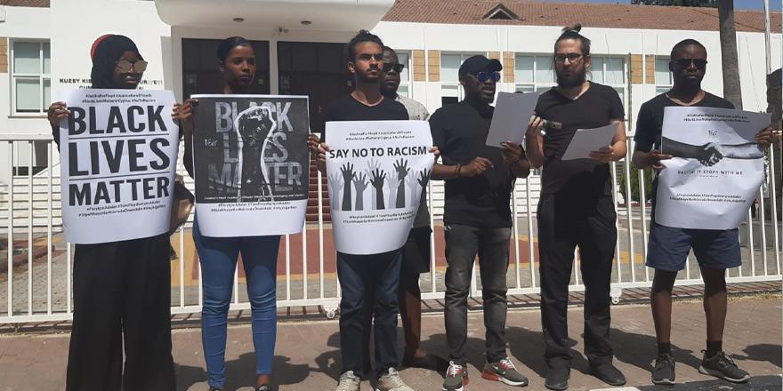 Irkçı uygulamalar protesto edildi