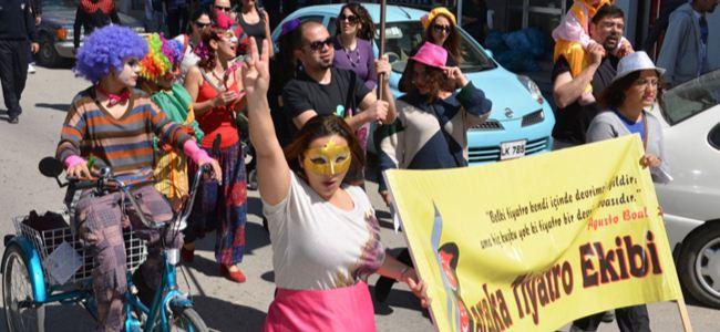 Baraka Tiyatro Ekibi Dünya Tiyatro Günü Yürüyüşü düzenliyor