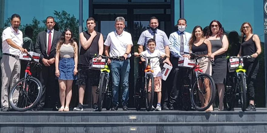 Babalar Günü Talihlileri Bisiklet ve Kasklarını Teslim Aldı