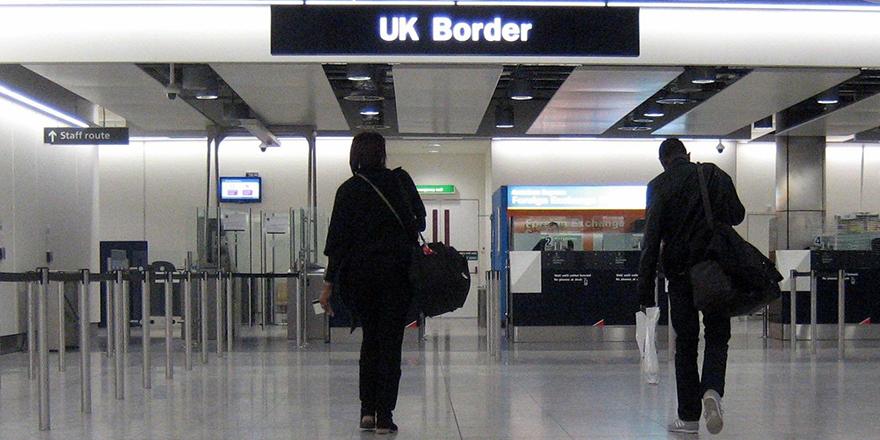 İngiltere'de testi negatif çıkan yolcuların karantina süresi kısalıyor