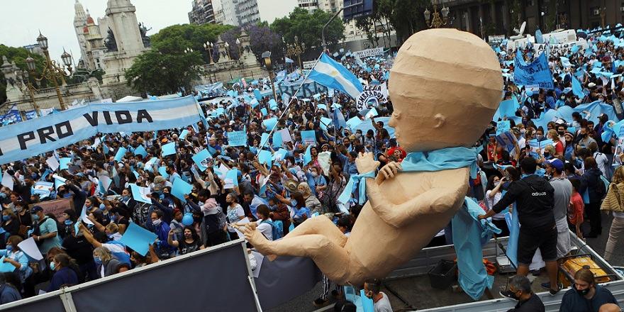 Binlerce kişi kürtaj yasasını protesto etti