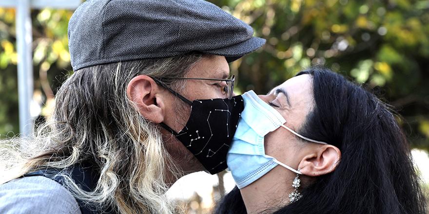 'Kapanma' öncesi maskeli öpüş