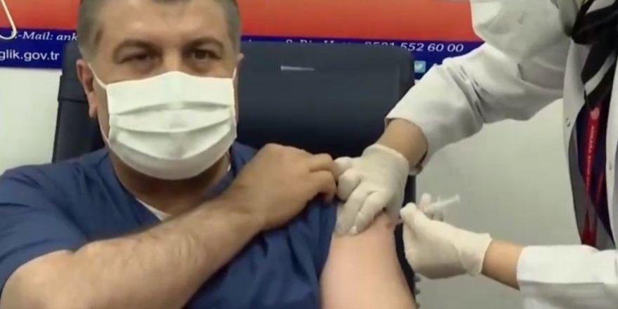 TC Sağlık Bakanı, Türkiye'de Coronavirüs aşısı yaptıran ilk kişi oldu