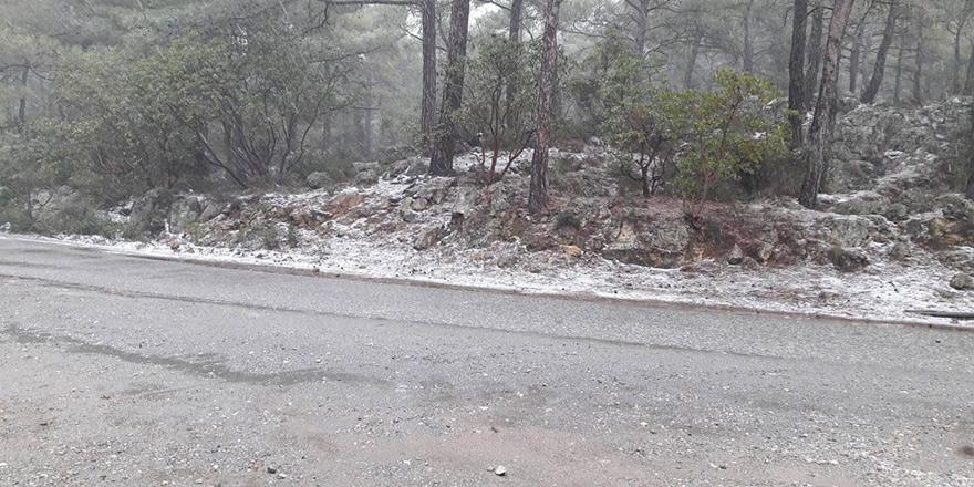 Dağlık kesimlere karla karışık yağmur yağdı