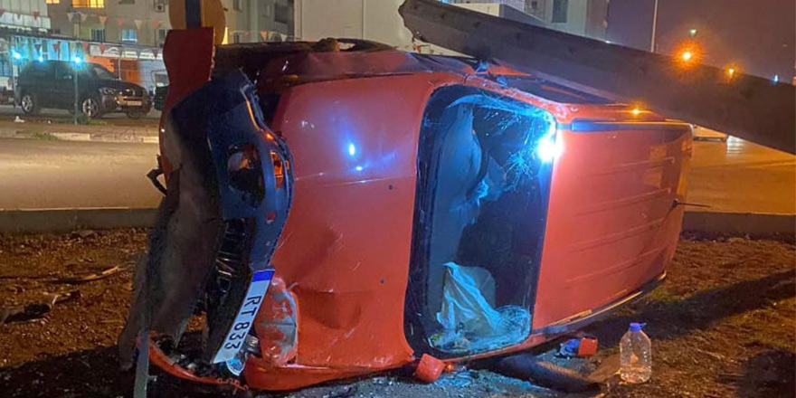 Kaza üstüne kaza: Lefkoşa'da araç devrildi