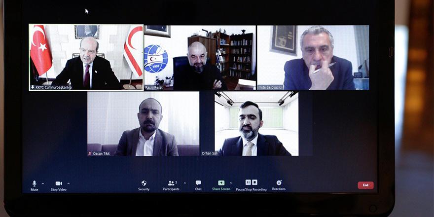 Tatar gazetecilerle video konferansa katıldı