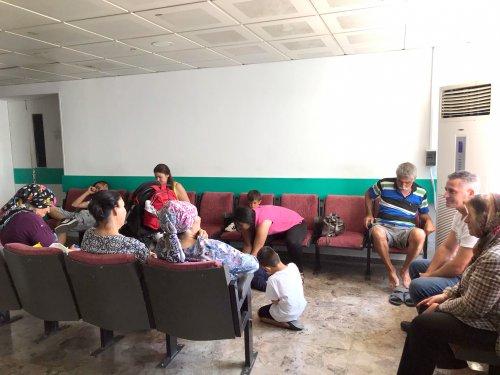 dr.-burhan-nalbantoglu-hastanesinde-hastalar-uzun-sure-doktor-sirasinin-kendilerine-gelmesini-bekliyor..jpg