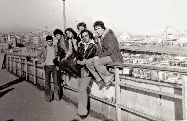 muharrem-ve-ulmen-universiteli-arkadaslar-aralik1977-istanbul.jpg