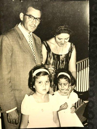 vivian-ve-kardesi-anne-ve-babalari-ile-birlikte.jpg